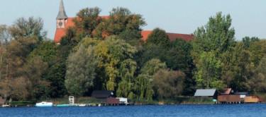 Blick vom Schaalsee auf die Bootshäuser und die Kirche der Stadt Zarrentin